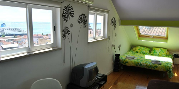 Studio Lisboa Apartment Santa Catarina with kitchen for 2 persons